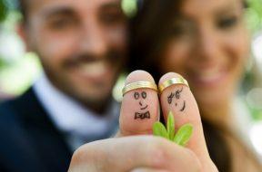 primer-plano-de-los-recien-casados-pintado-en-los-dedos_1139-442