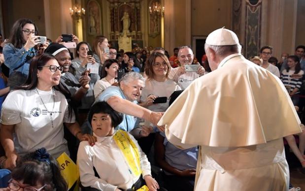 Cercanía del Papa Francisco con los pobres, refugiados, sin techo y detenidos en Génova