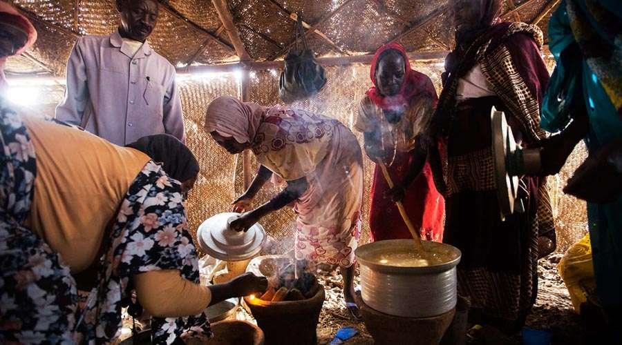 Obligan a refugiados cristianos a rezar oraciones musulmanas para recibir comida