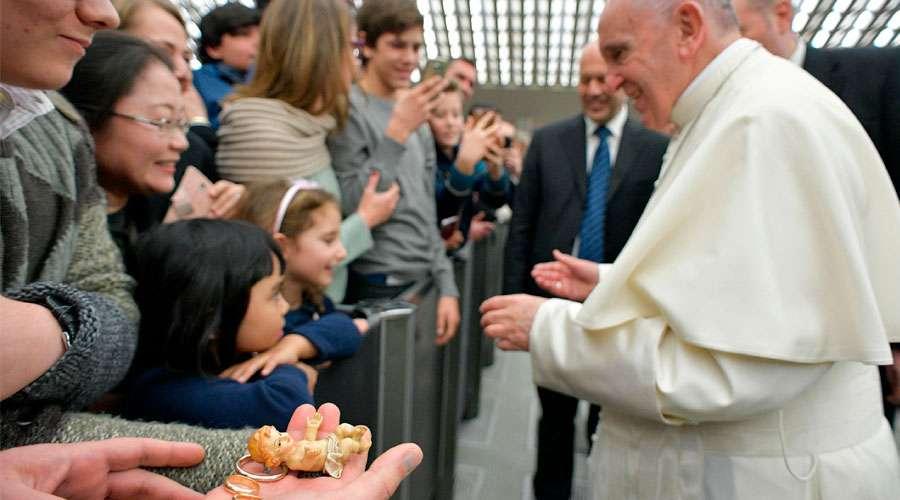 Nunca discutan delante de los niños, pide el Papa a padres de familia