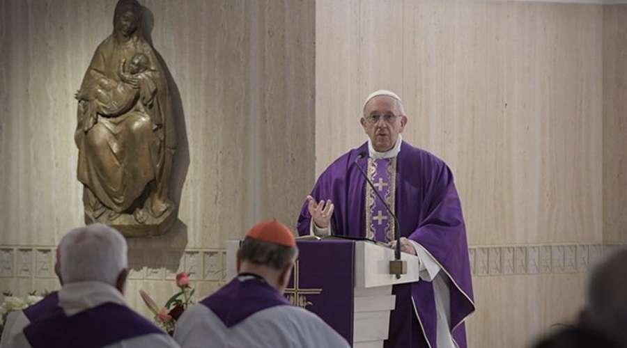 Confesarse no es ir a la tintorería, sino recibir el abrazo de amor de Dios, dice el Papa