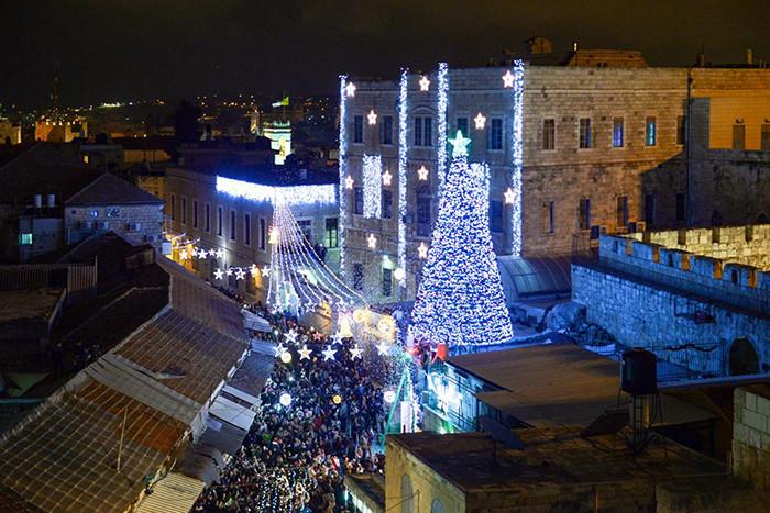 Encienden los árboles de Navidad en la tierra donde nació Jesucristo