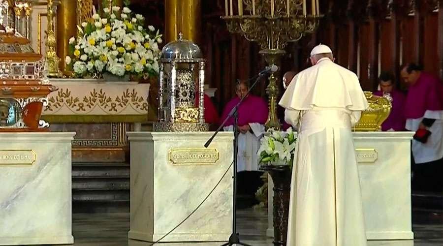 Esta es la oración que el Papa rezó ante las reliquias de los santos peruanos