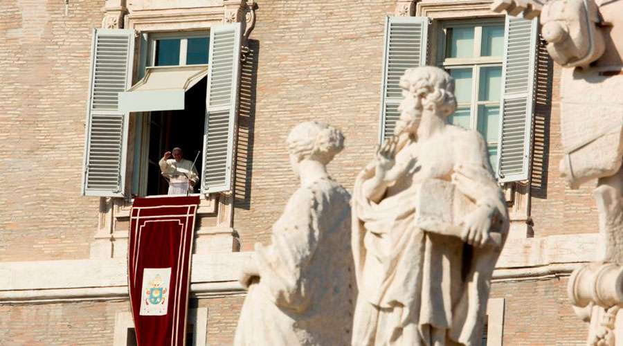 Muchos bautizados viven como si Cristo no existiese, advierte el Papa