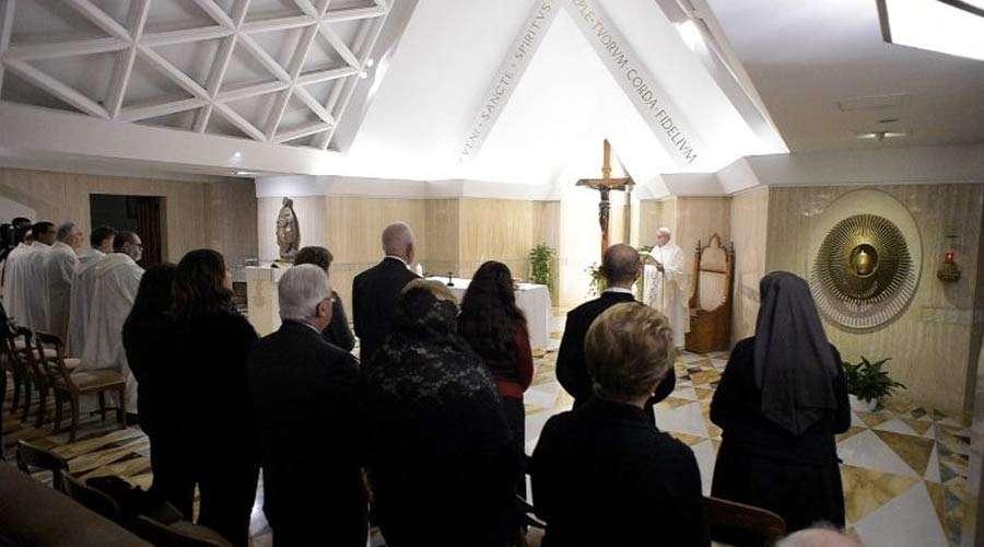 El Papa cuestiona: ¿Cómo se puede transmitir la fe con calumnias y habladurías?