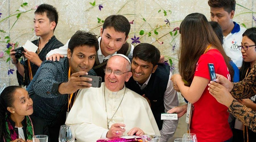 El Papa pide a los jóvenes ayudar a preparar el Sínodo a través de internet