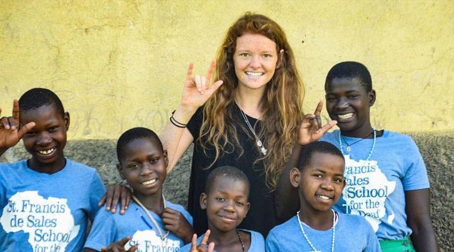 Joven católica dejó todo y hoy dirige escuela para niños sordos en África