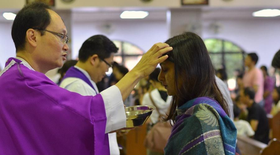 Miércoles de Ceniza: ¿Se debe responder cuando el sacerdote impone la ceniza?