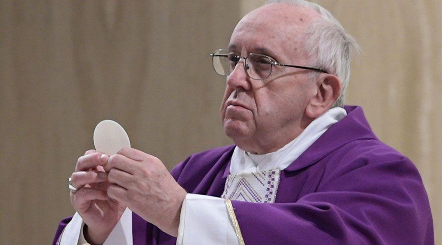 El Papa pide a los cristianos una fe que vaya más allá de los milagros
