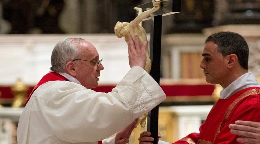 Papa Francisco: La cruz no es un objeto ornamental ni de vestir