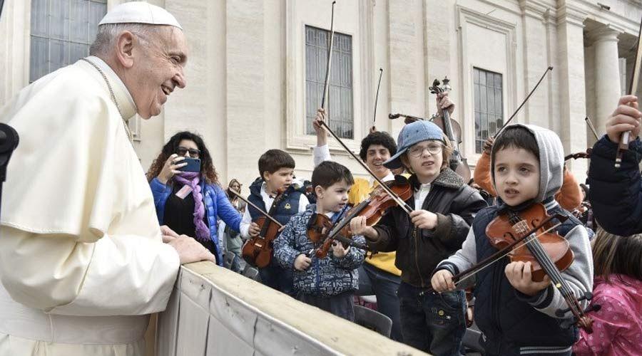 Las 2 propuestas del Papa Francisco para recordar cada día el Bautismo