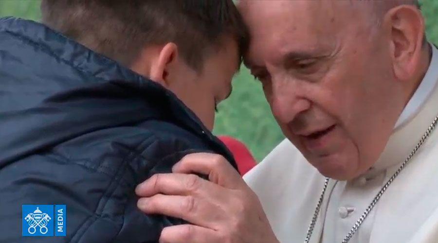 Mi papá ha muerto ¿está en el cielo?, le pregunta un niño llorando al Papa Francisco