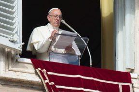 RezoAngelusPapaFrancisco_VaticanMedia_150418