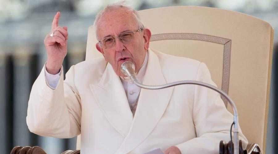 """""""¡Acabemos con los chismes!"""", pide el Papa Francisco a miles de fieles en el Vaticano"""