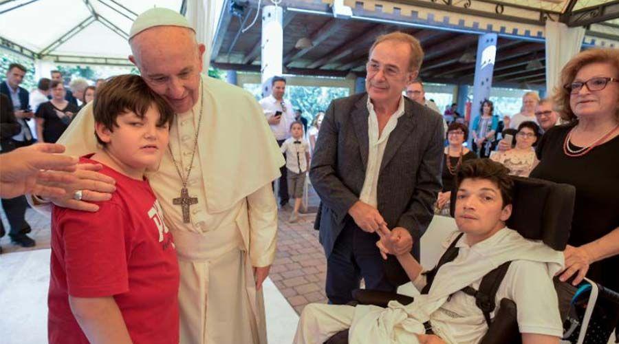 El Papa Francisco visita por sorpresa a personas con discapacidad grave