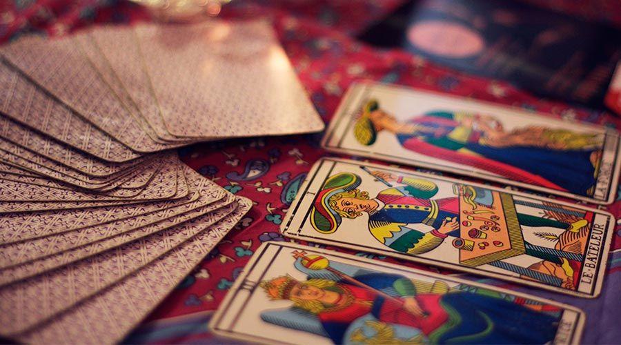 Un científico explica 3 razones por las que algunos creen en el tarot y la ouija