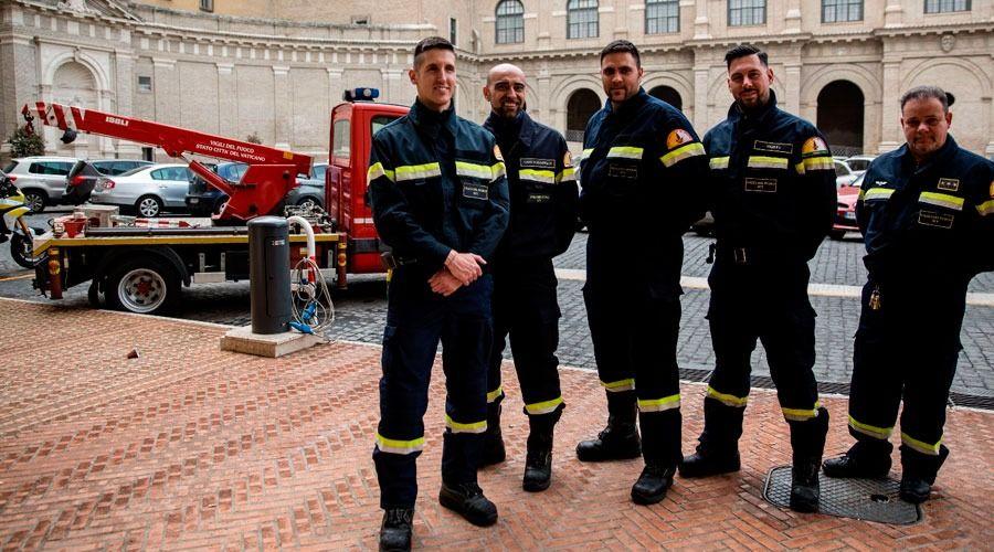 """Los bomberos del Vaticano: Así es el trabajo de los """"ángeles del fuego"""" que protegen al Papa"""