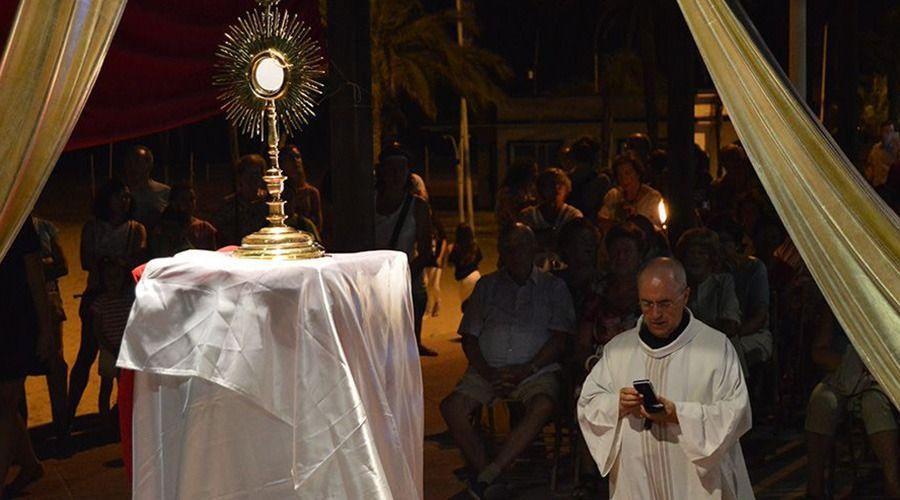 Jóvenes organizan Adoración Eucarística para evangelizar en Madrid y playas de Valencia