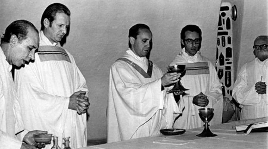 La hermosa oración que Jorge Bergoglio escribió antes de ser ordenado sacerdote