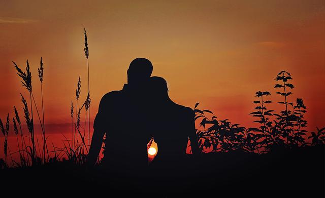 Los matrimonios unidos y fieles reflejan la semejanza de Dios, afirma el Papa