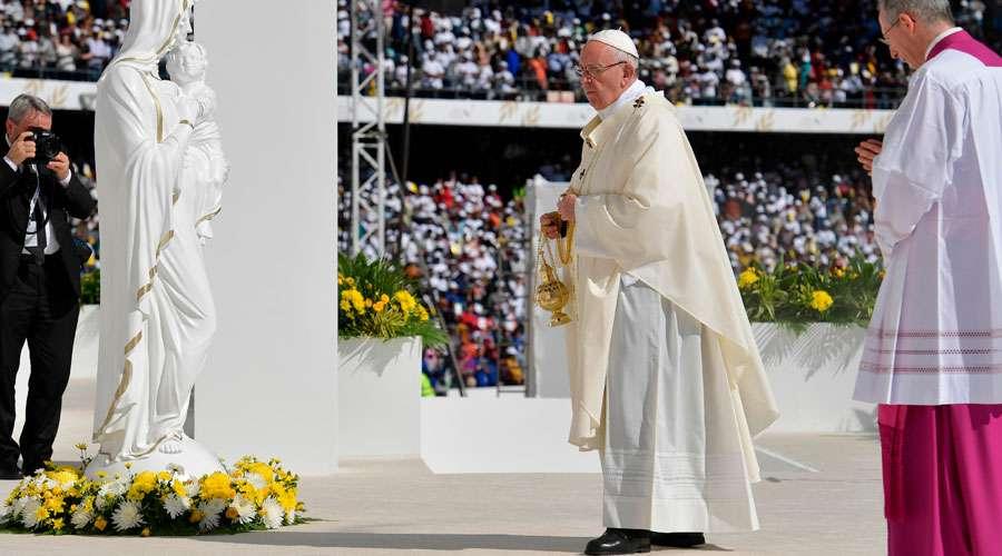 """El Papa ante más de 100 mil fieles en Abu Dhabi: """"He venido a deciros: ¡bienaventurados!"""""""