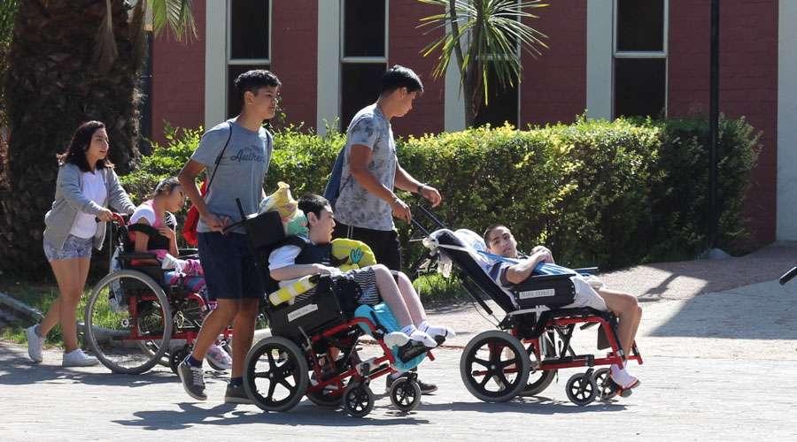 Jóvenes usan sus vacaciones para servir en hogar de personas con discapacidad