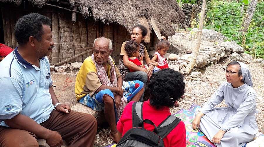 Monja logra reunir a migrante indonesia con su padre después de 14 años