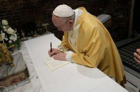 PapaFranciscoFirmaExhrtacionApostolica_VaticanMedia_25032019