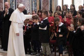 PapaConHermanosDeLaSalle_160519_VaticanMedia
