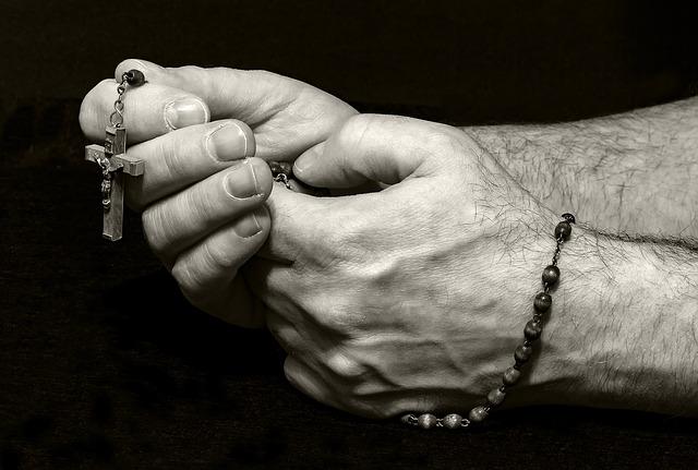 Los 15 beneficios prometidos por la Virgen a quien reza el Rosario