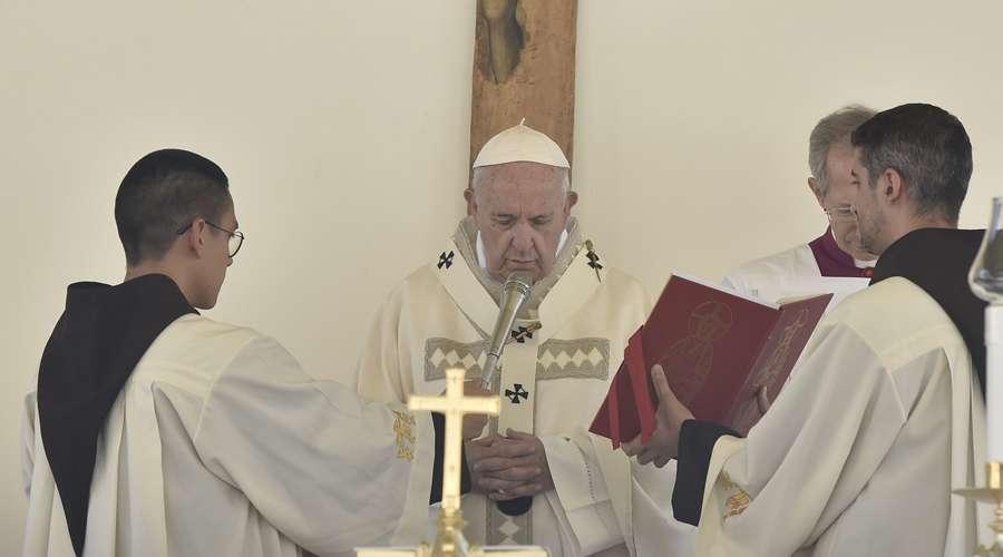 Papa Francisco en Ángelus alienta a caminar unidos y alegres al imitar a los santos