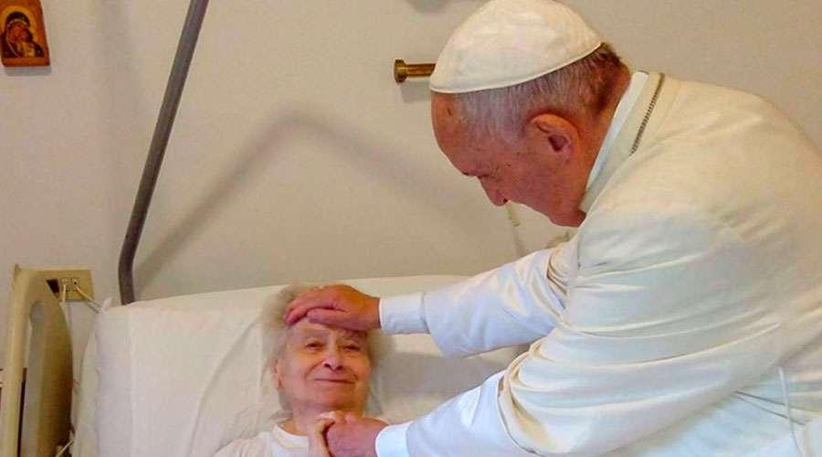 El Papa visita de sorpresa a la religiosa enferma que sirvió por años en Santa Marta