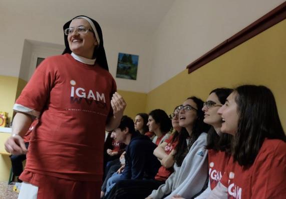 Jóvenes y monjas que salen a evangelizar con la Adoración eucarística: testimoniar Su presencia