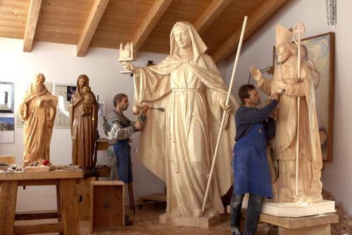 Serie de fotografías muestran la belleza del trabajo en un taller de talla en madera para arte sacro