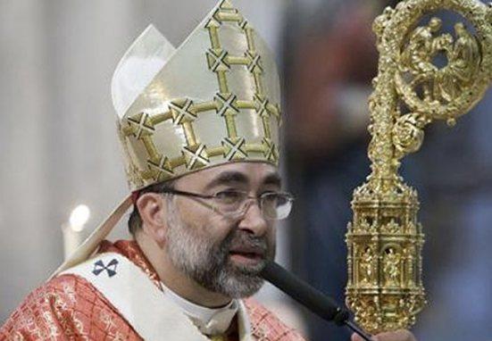 De trabajar en la banca y tener novia a convencerse en una leprosería: hoy es arzobispo de Oviedo